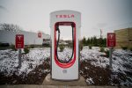 Teslaren 'argindardegi' bat, auto elektrikoak kargatzeko. Etxerako bateriak ere bertan kargatuko omen dira