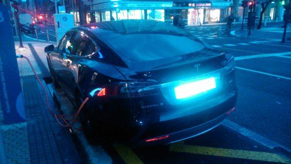 Tesla S bat Donostian kargatzen